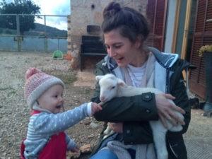 Kleine Tiere und Kinder auf Mallorca