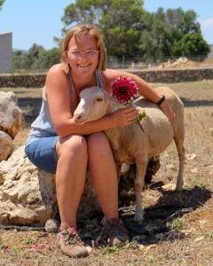 Schaf-Bambi-mit-Steffi-Finca-Tiere-Mallorca