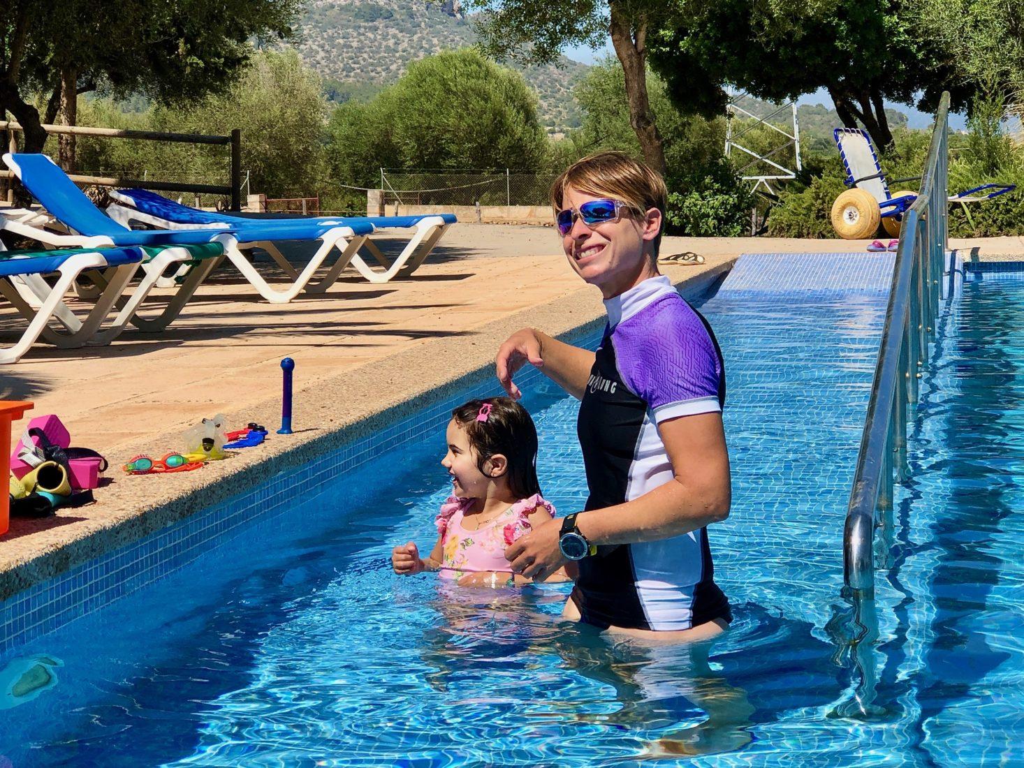 Schwimmlehrerin Lena mit Schüler fürs Seepferdchen