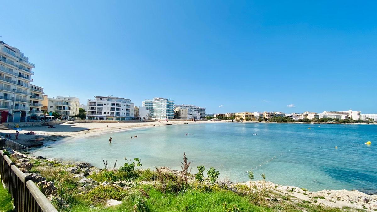 Strand mit Promenade von S'Illot an der Ostküste von Mallorca