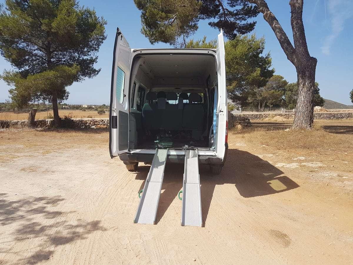 Rollstuhlbus mit Auffahrrampe
