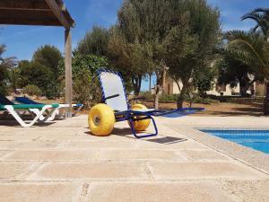 Hilfsmittel Strandrollstuhl am Pool