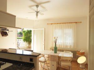 Großzügige Küche mit angrenzendem Esszimmer